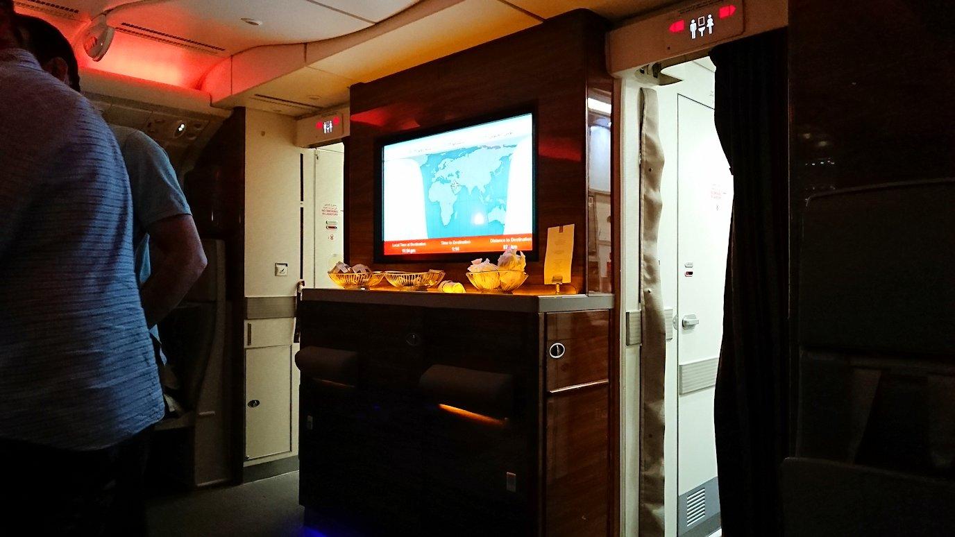 モロッコのカサブランカ空港でA380-800のビジネスクラスに搭乗しドバイへ向かうビジネスクラスの機内を楽しむ2