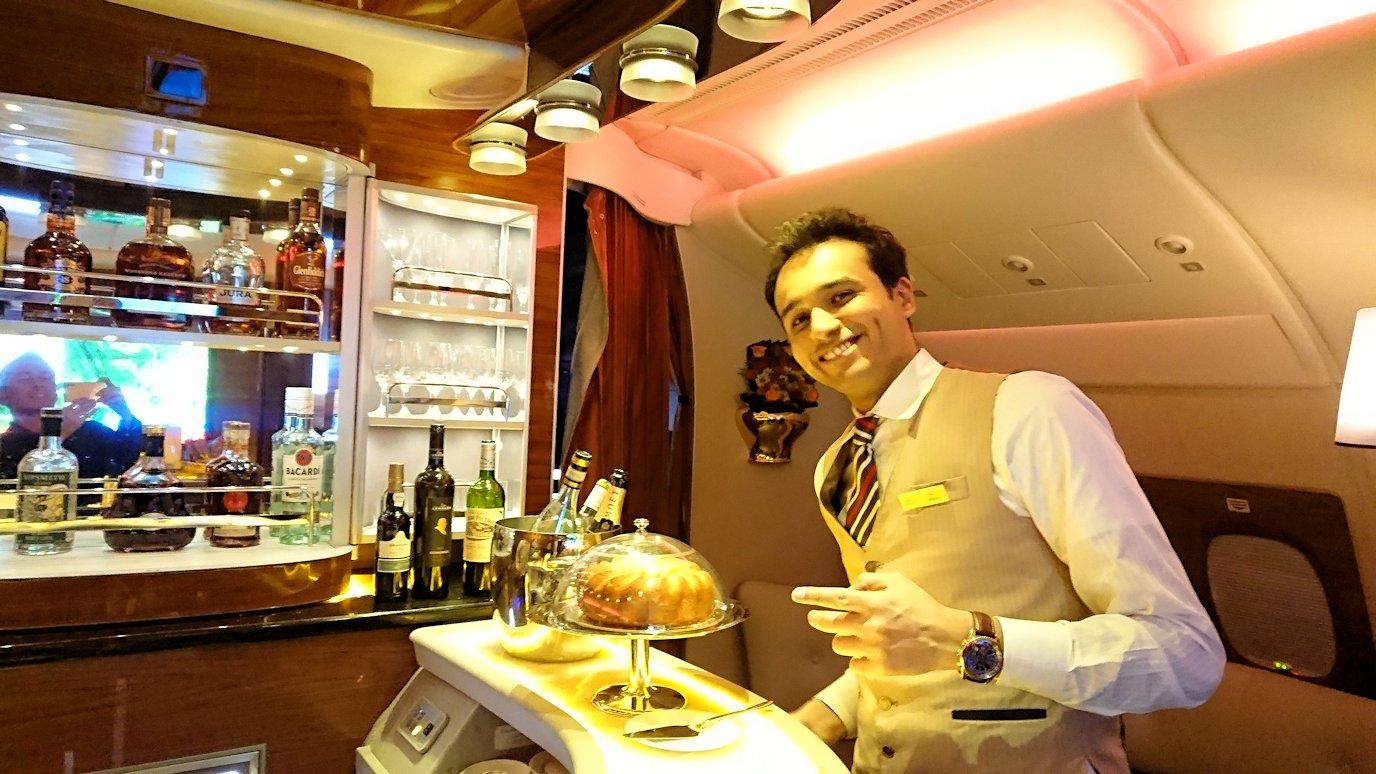 ドバイ国際空港から関西国際空港に向けて飛んでいる飛行機の機内ラウンジで盛り上がる6