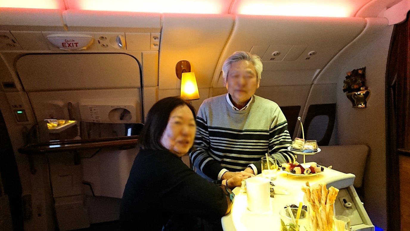 ドバイ国際空港から関西国際空港に向けて飛んでいる飛行機の機内ラウンジで盛り上がる7