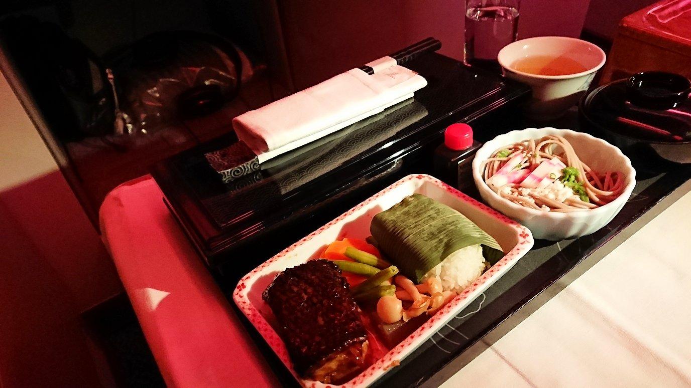 ドバイ国際空港から関西国際空港に向けて飛んでいる飛行機で2回目の機内食