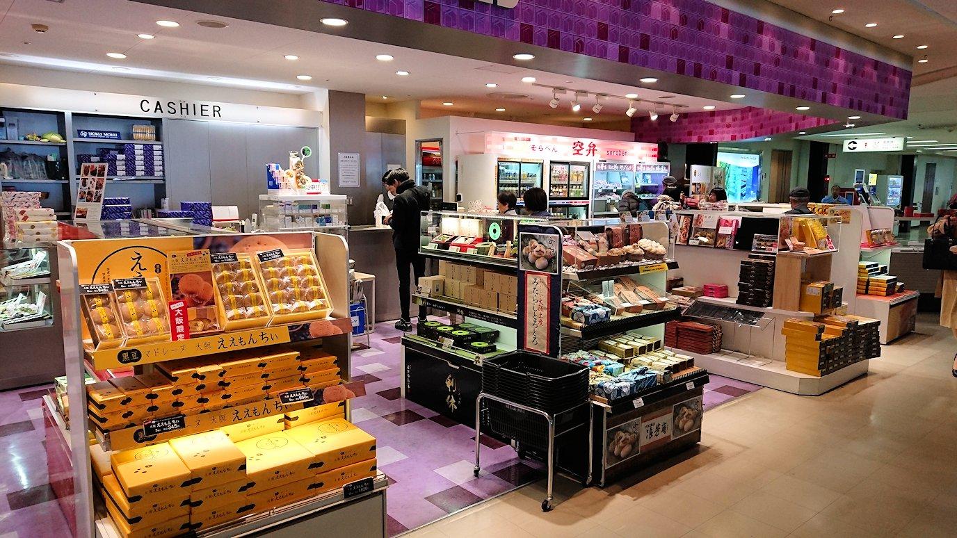 伊丹空港から函館空港に向かう途中の国内線ターミナルにて8
