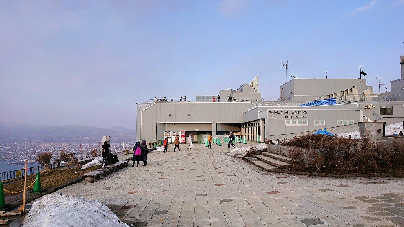 函館市内の函館山の頂上で夕焼けを見つめる