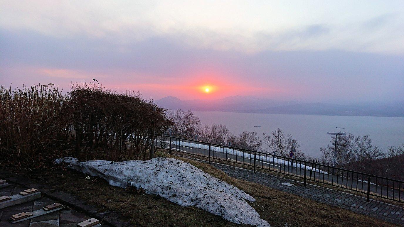 函館市内の函館山の頂上で夕焼けを見つめる5