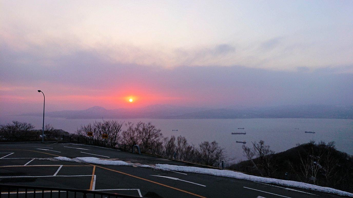 函館市内の函館山の頂上で夕焼けを見つめる6