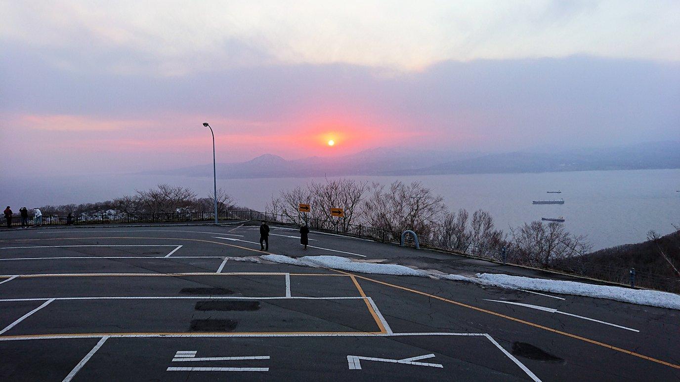 函館市内の函館山の頂上で夕焼けを見つめる7