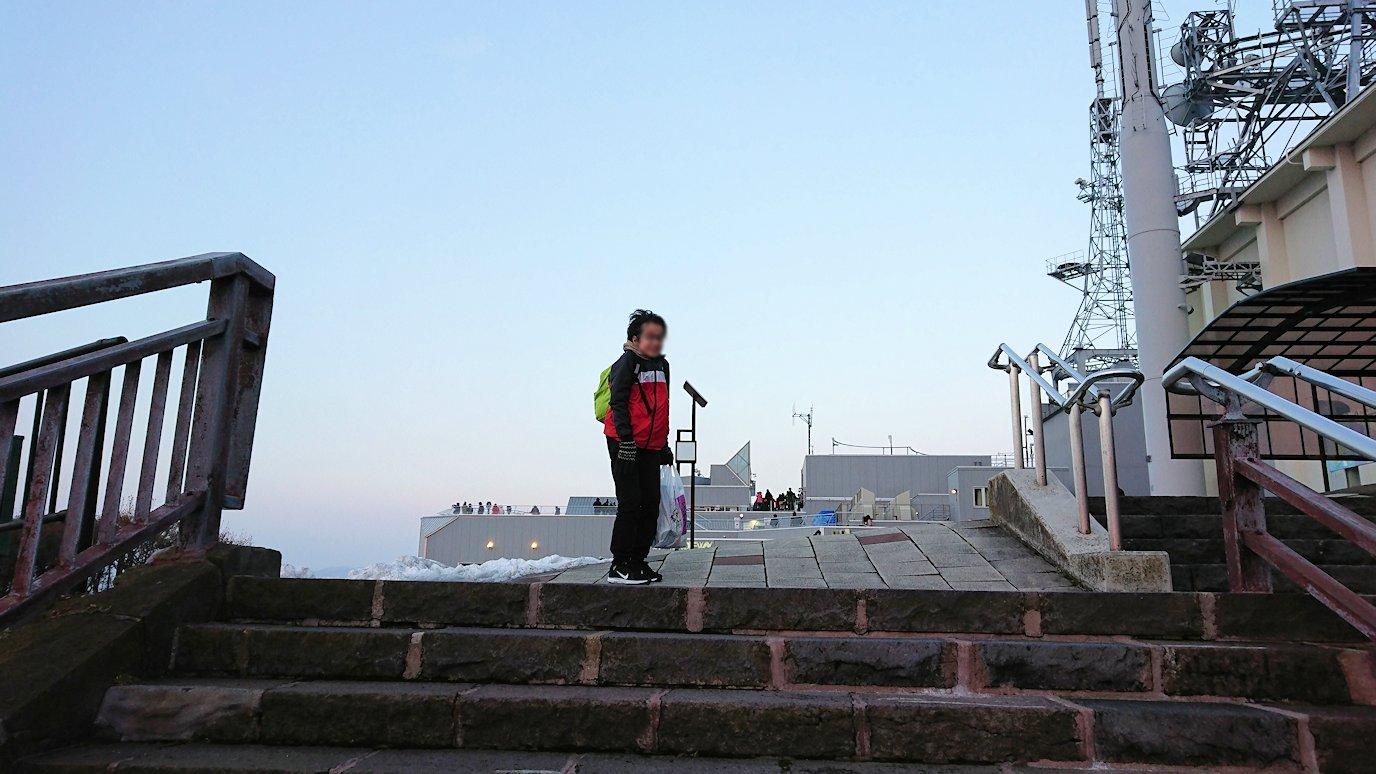 函館市内の函館山の頂上で夕焼けを見つめる8