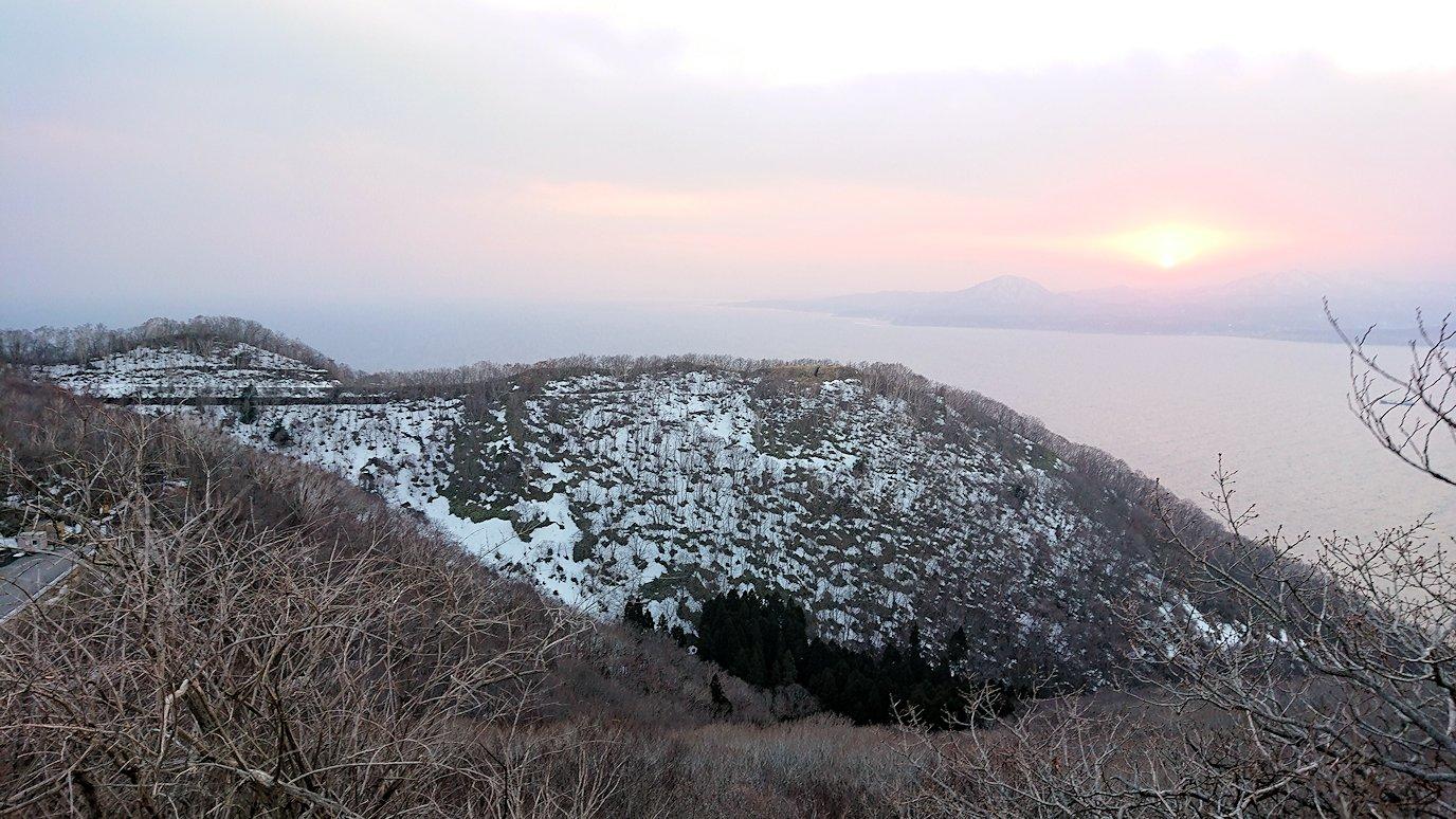 函館市内の函館山の頂上で夕焼けを見つめる9