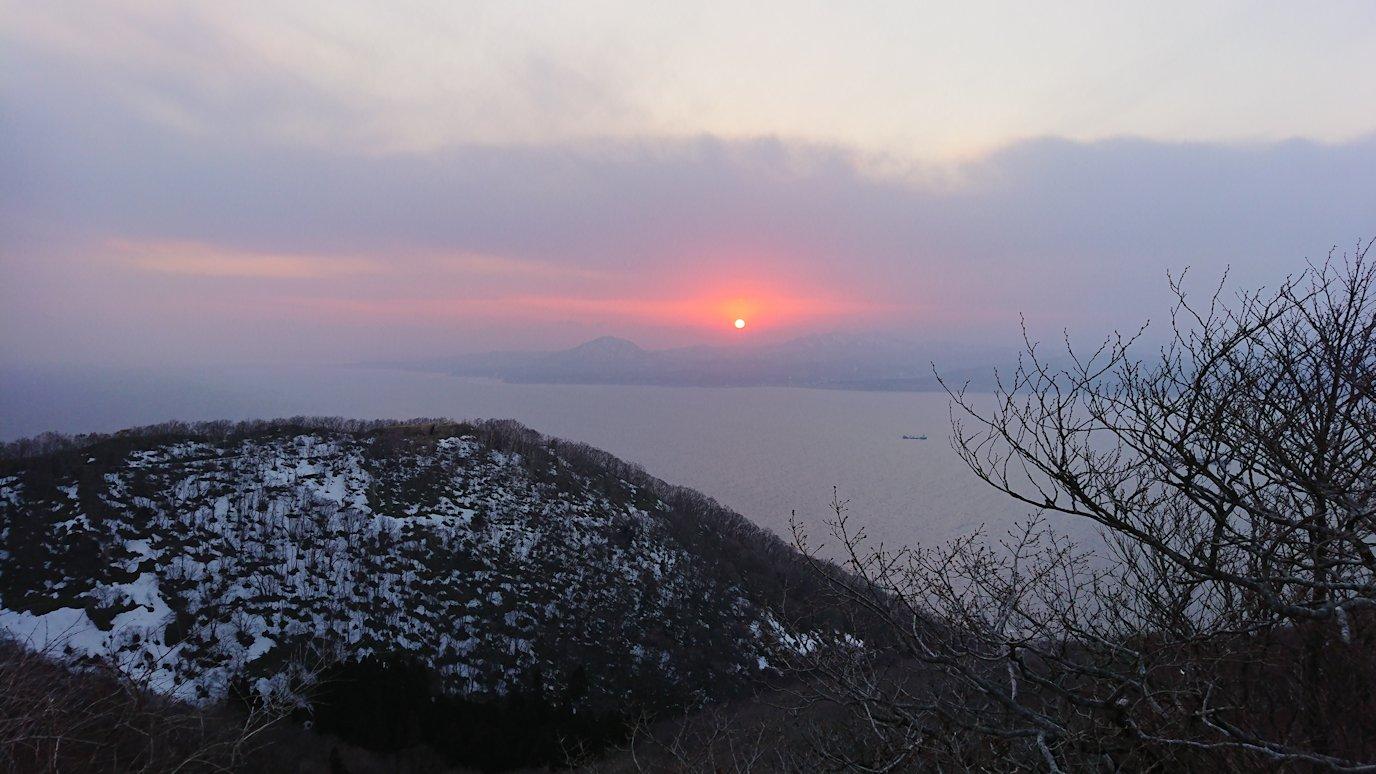 函館市内の函館山の頂上で夕焼けを見つめる10