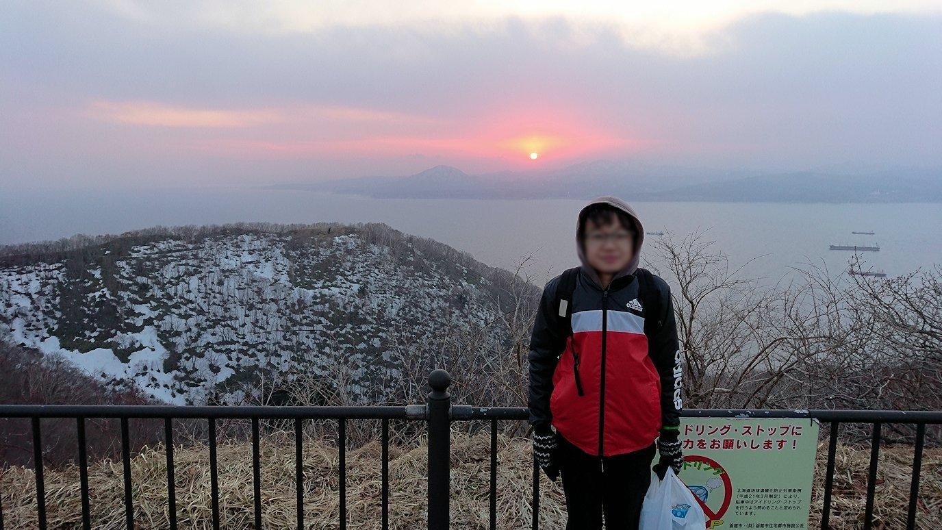 函館市内の函館山の頂上で夕焼けを見つめる11