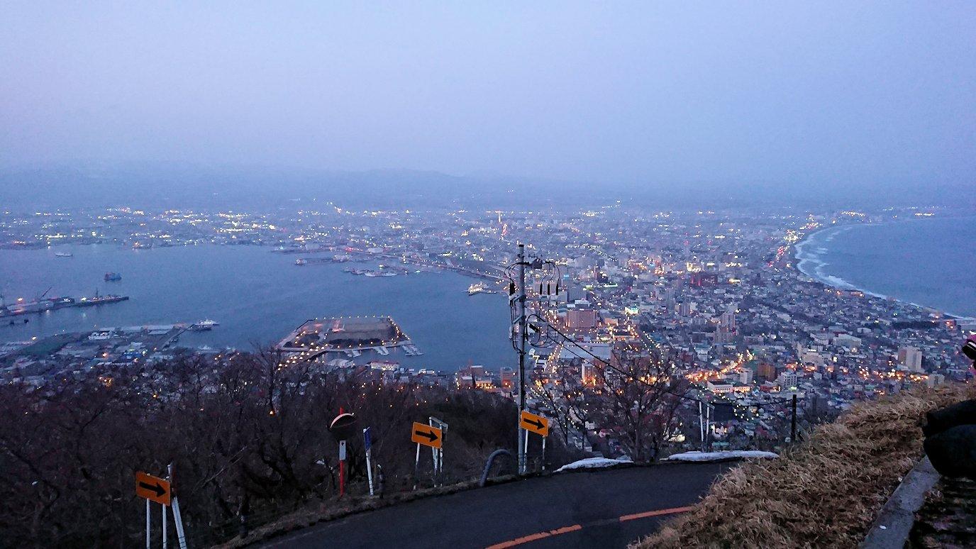 函館市内の函館山の頂上で夕焼けを見つめる12