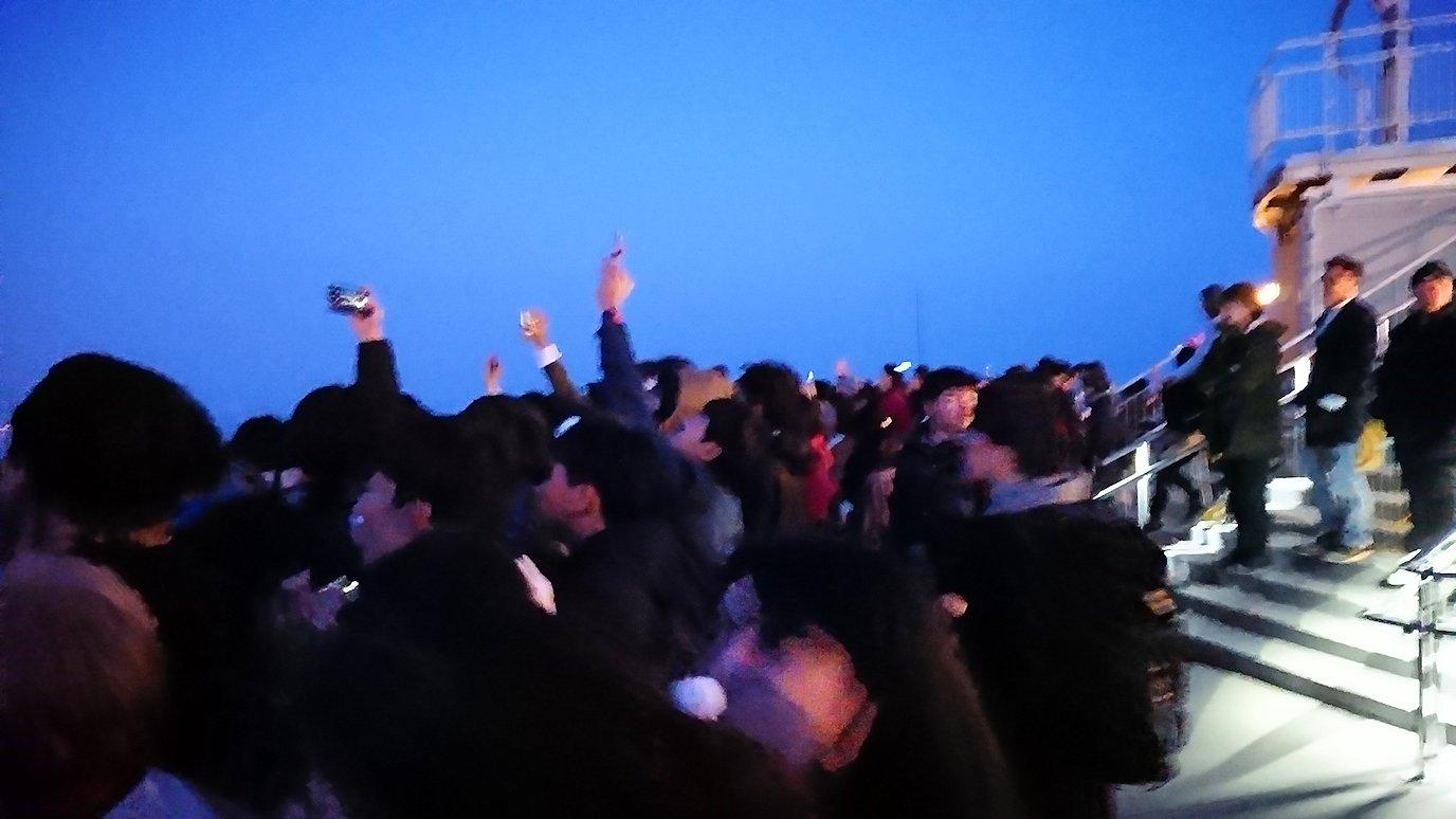 函館市内の函館山の頂上で陽が沈む3