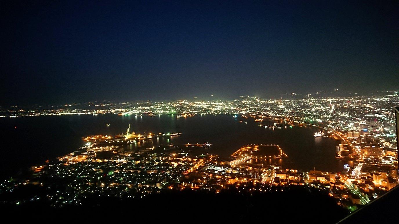 函館市内の函館山の頂上で陽が沈む6
