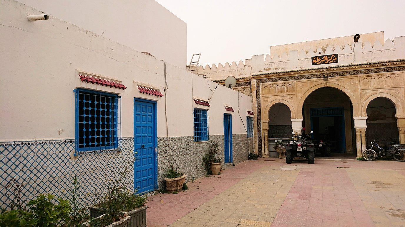 チュニジア:ナブールの街で旧市街地へ向かって歩く