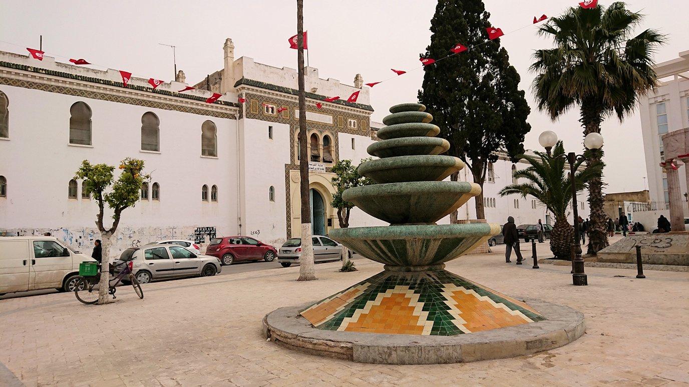 チュニジア:ナブールの街で旧市街地の奥の広場にて
