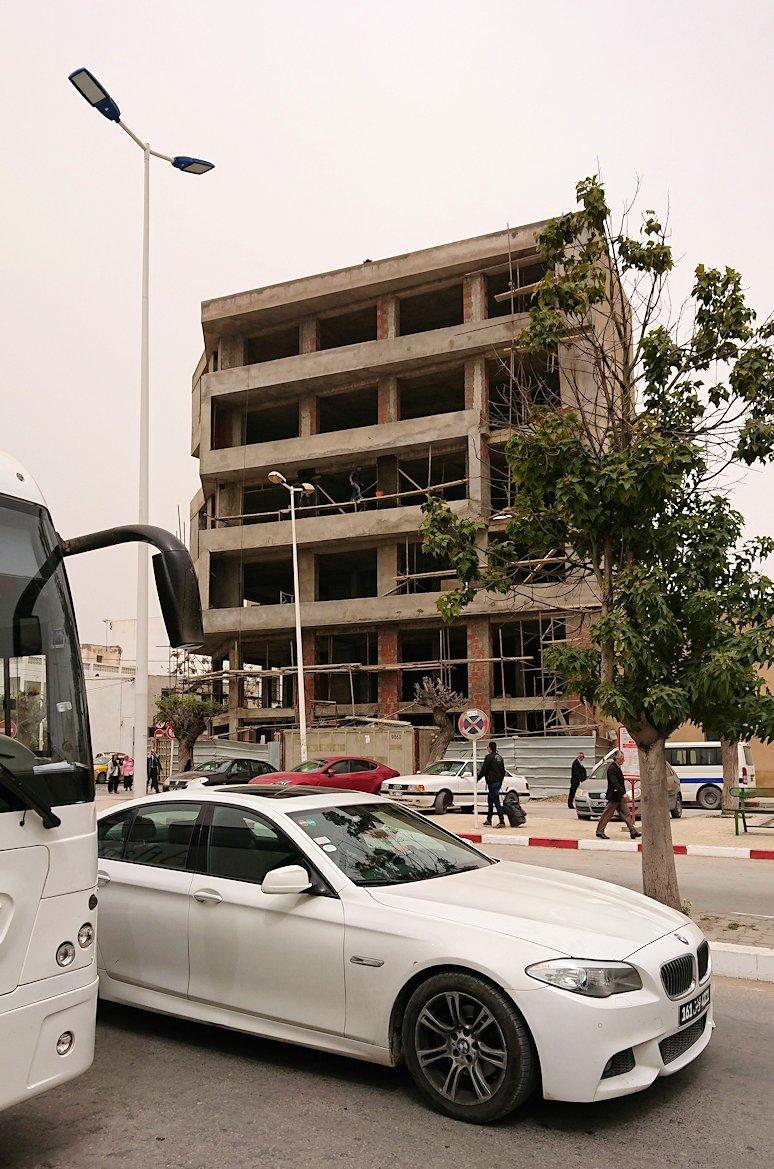 チュニジア:ナブールの街の1月14日広場周辺にて1