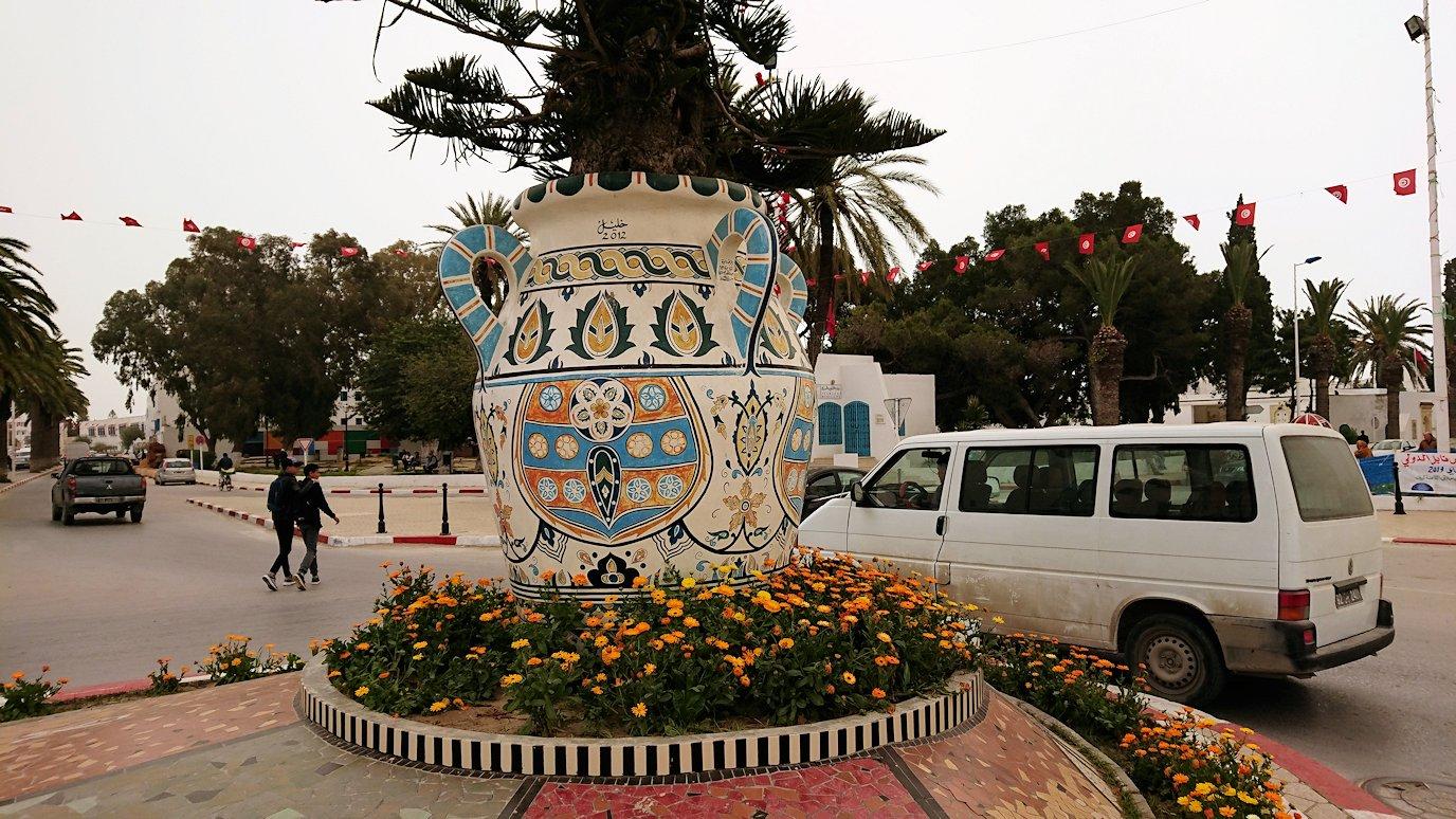 チュニジア:ナブールの街の1月14日広場周辺にて8