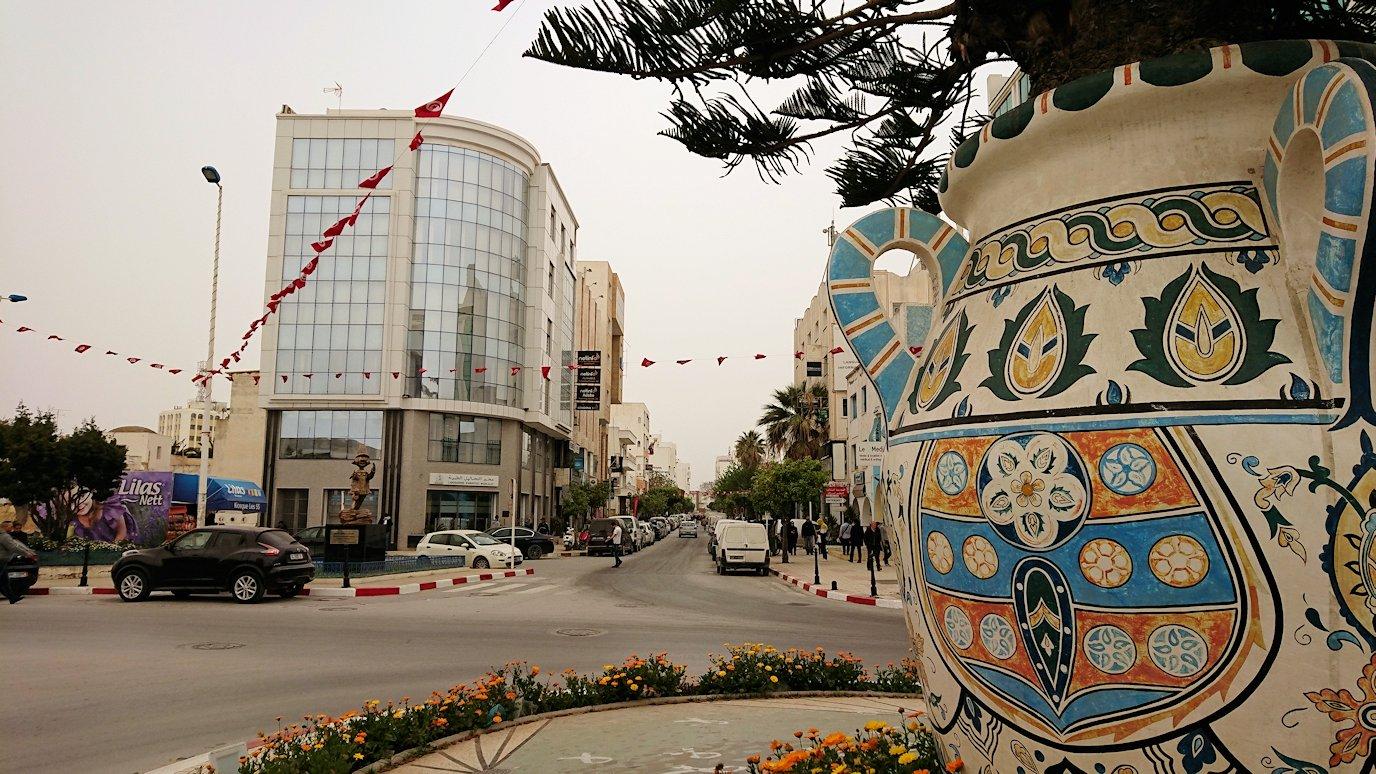 チュニジア:ナブールの街の1月14日広場周辺にて9