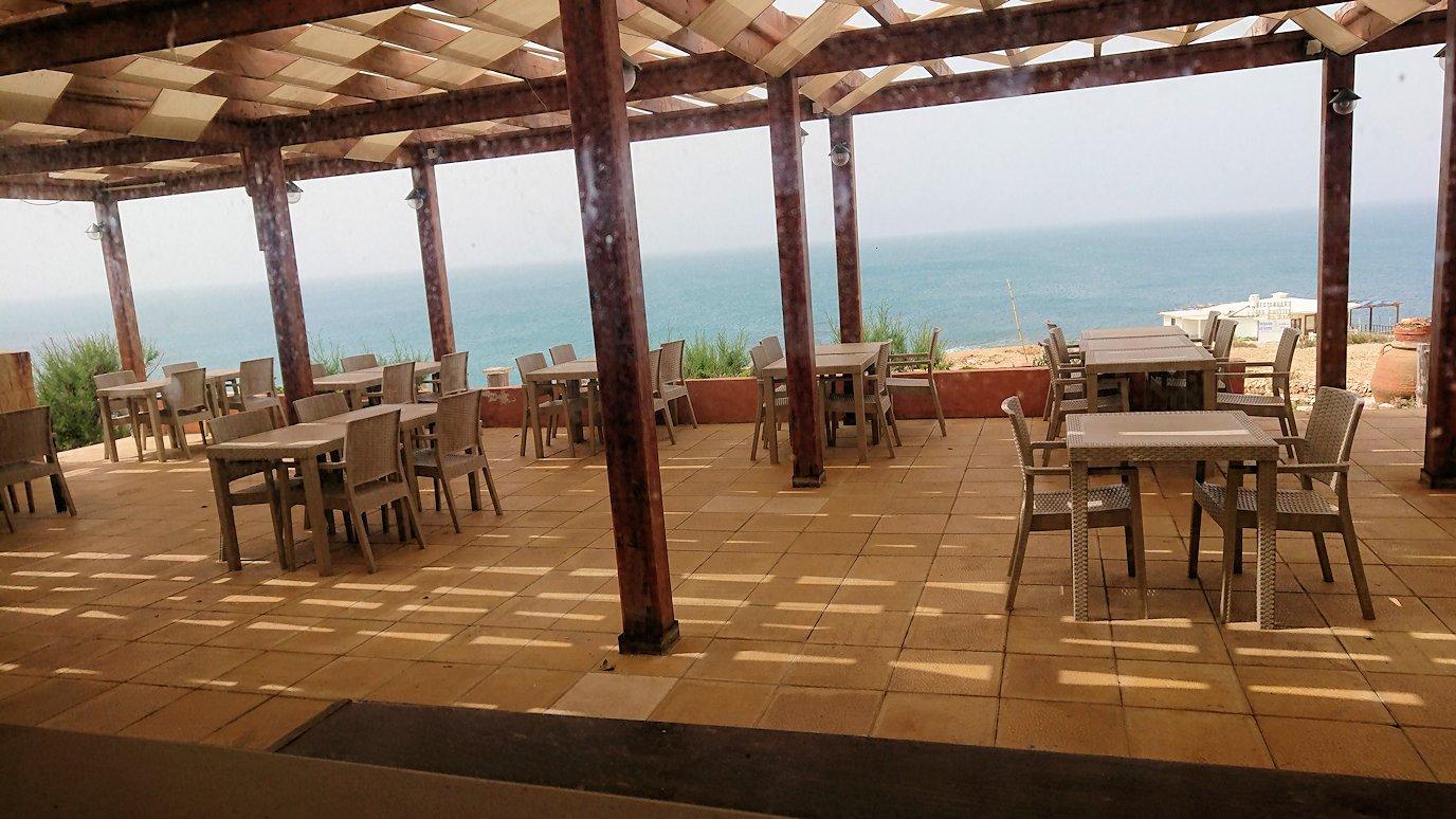 チュニジア:ボン岬のレストランに入る