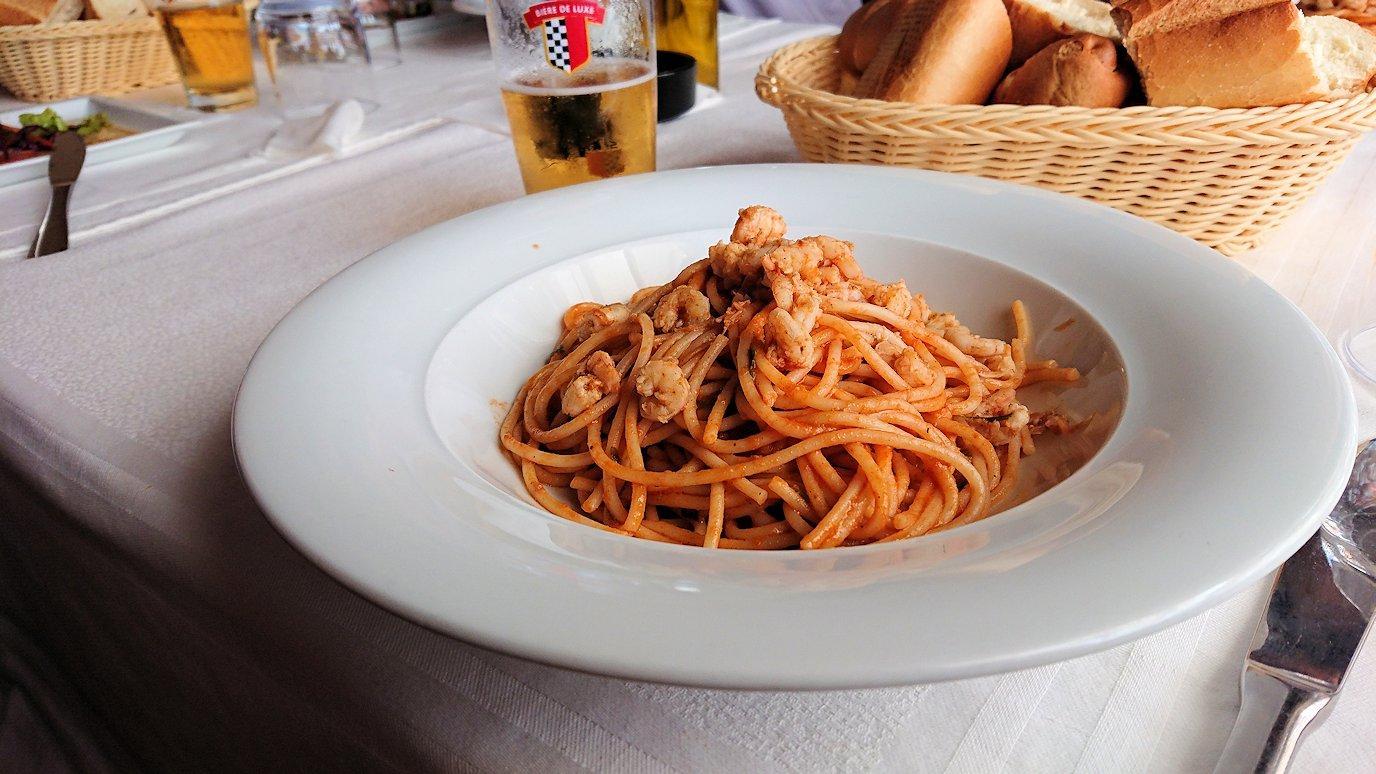 チュニジア:ボン岬のレストランで美味しく昼食を食べる