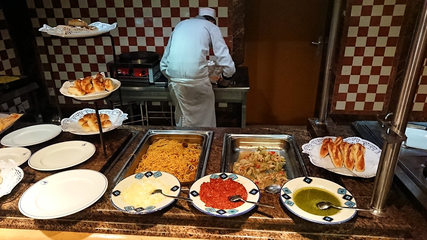 チュニジアのチュニスにあるエルムラディ・アフリカ・ホテルの夕食バイキングの様子