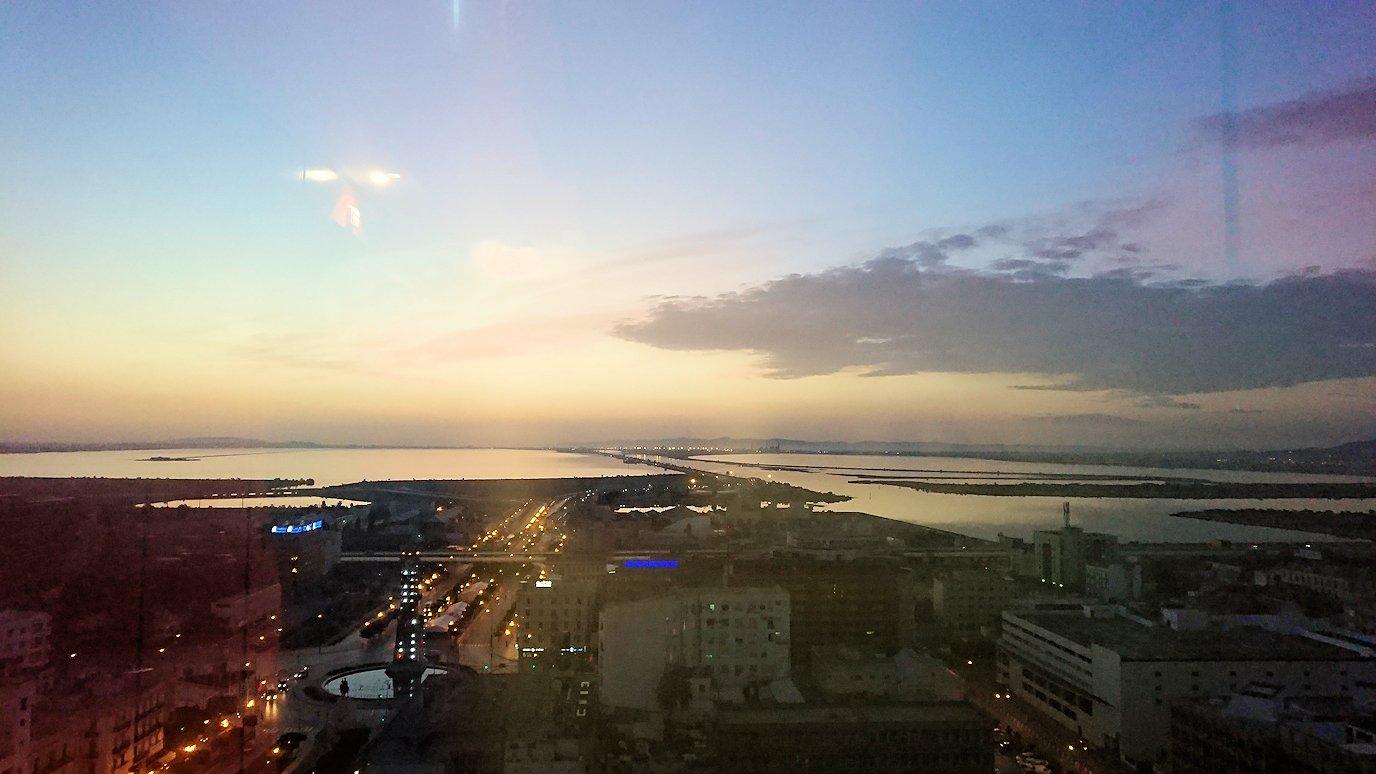 チュニジアのチュニスの朝の街