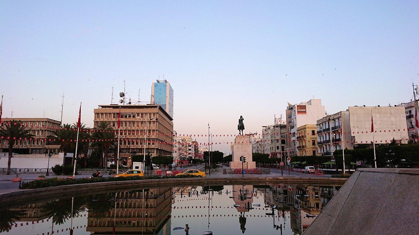 チュニジアのチュニスの朝の街を散策する