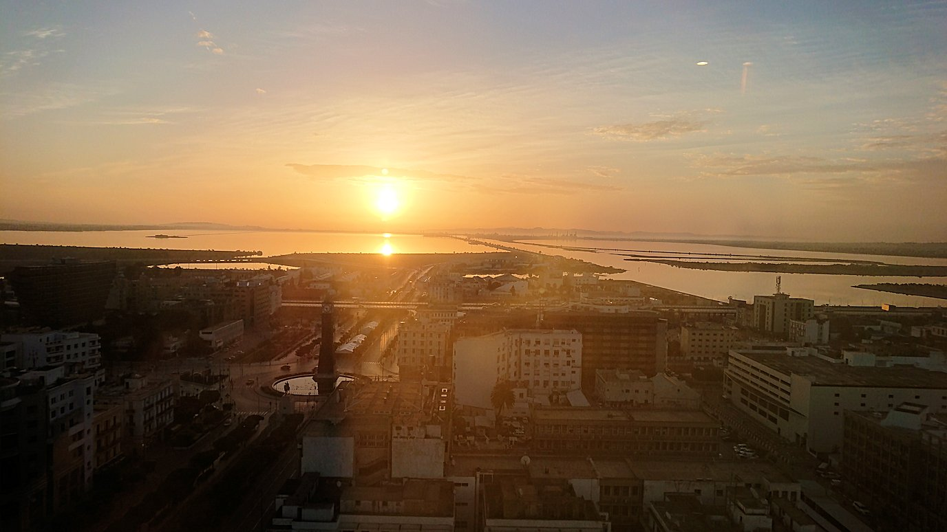 チュニジアのチュニスの朝の街を散策そホテルに戻る