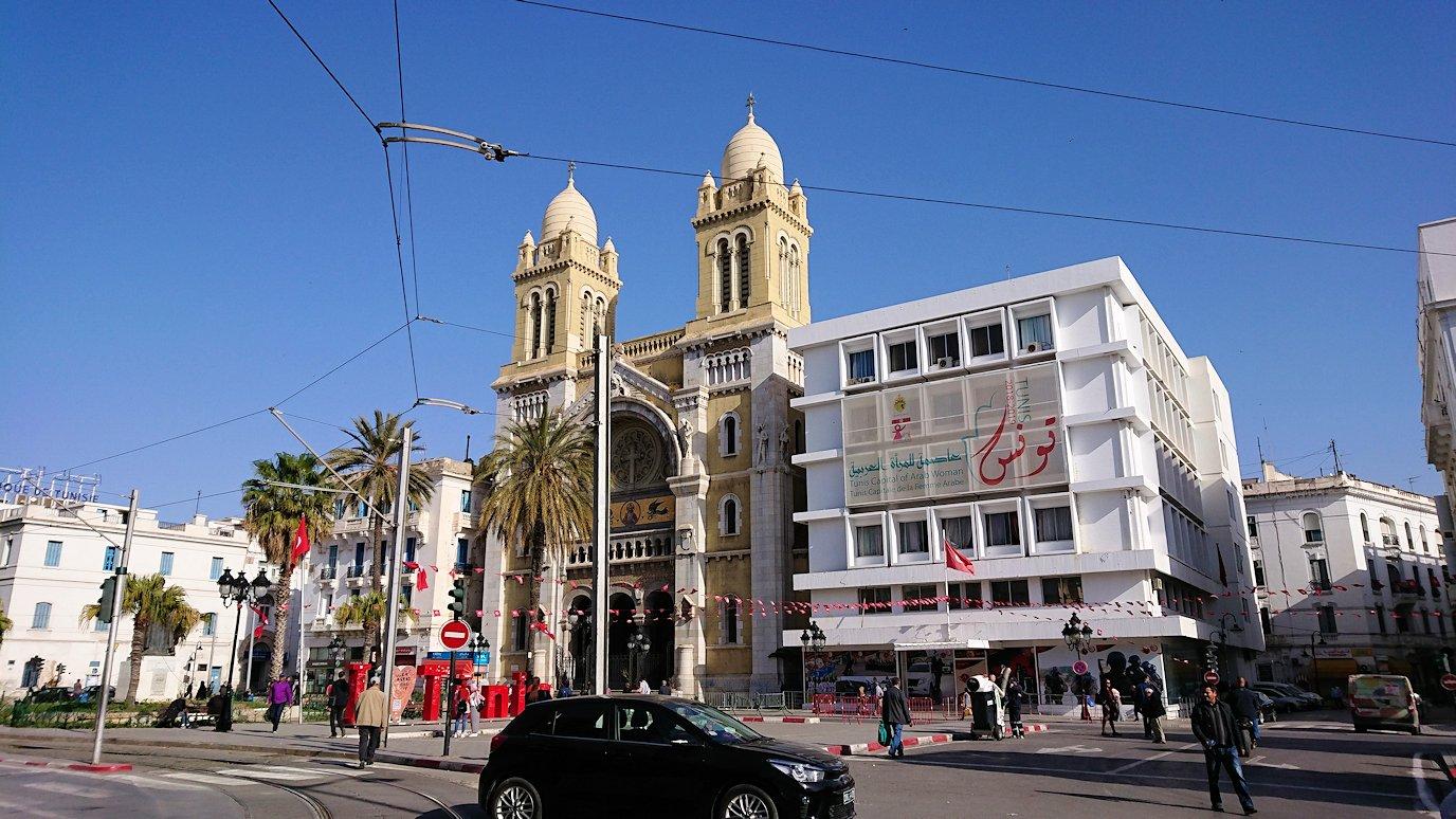 チュニジアのチュニスの朝の街の観光を7