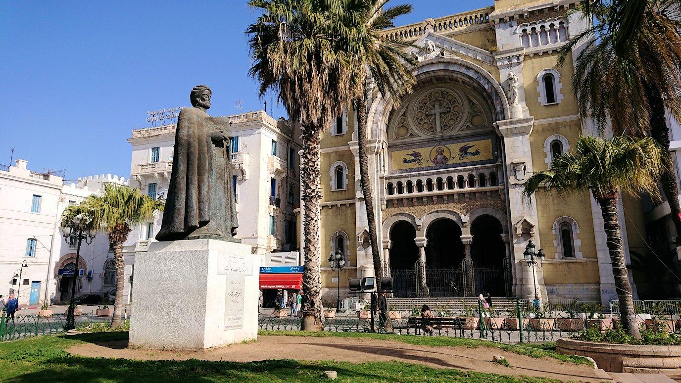 チュニジアのチュニスの朝の街の観光を9