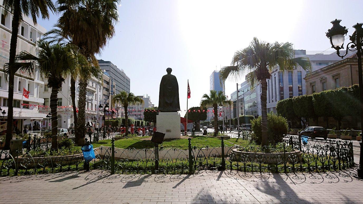 チュニジアのチュニスの朝の街をフランス通りへ向かう