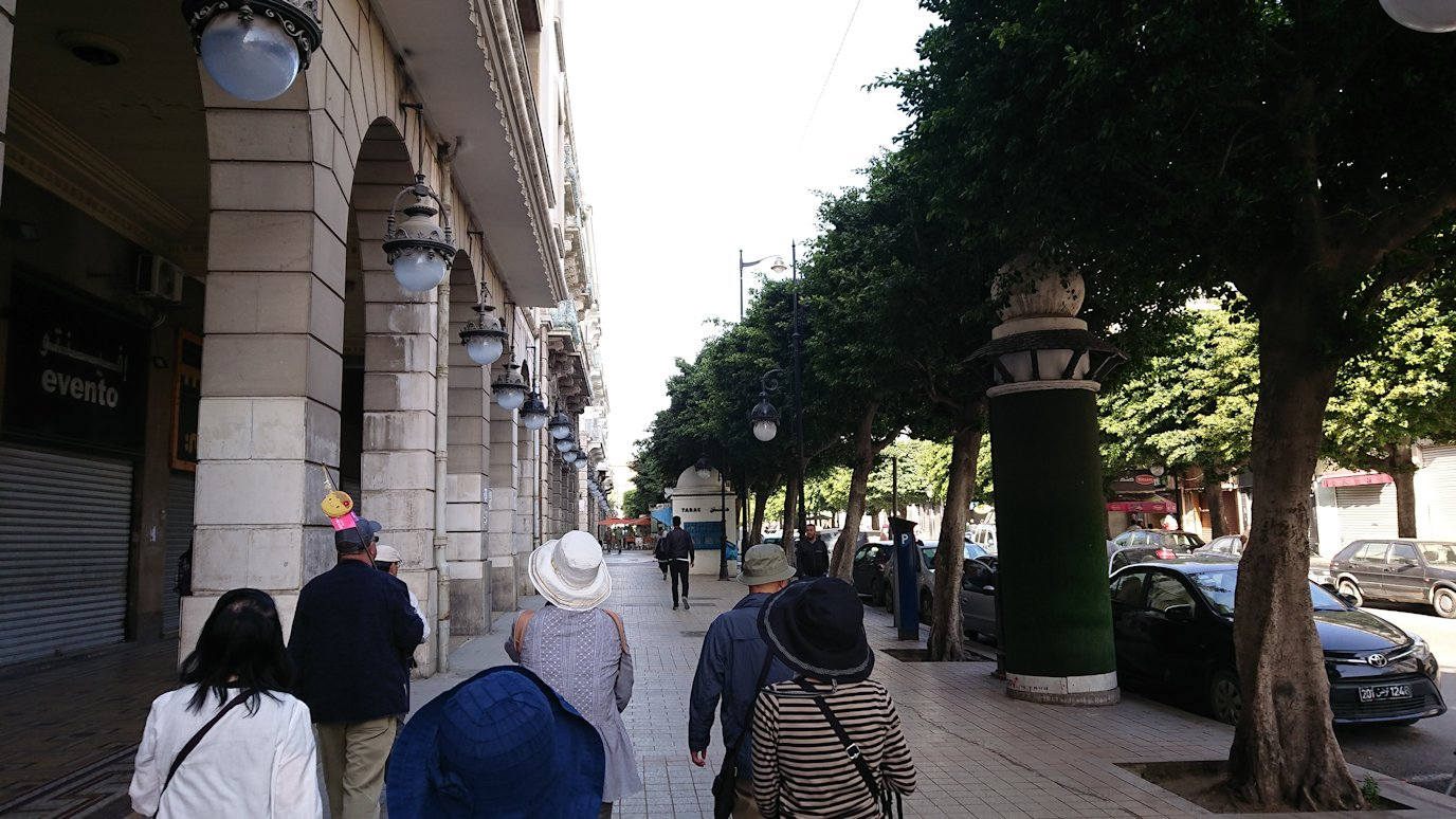 チュニジアのチュニスの朝の街をフランス通りへ向かう1