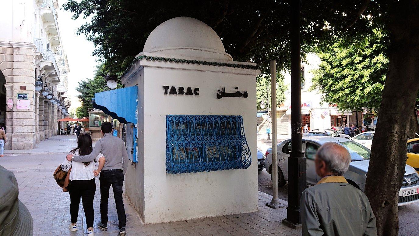 チュニジアのチュニスの朝の街をフランス通りへ向かう2