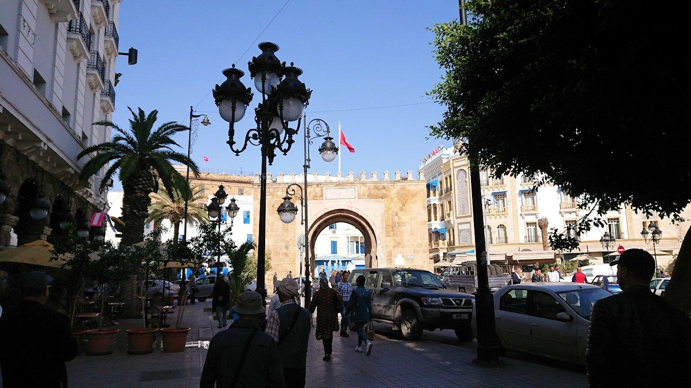 チュニジアのチュニスの朝の街をフランス通りへ向かう5
