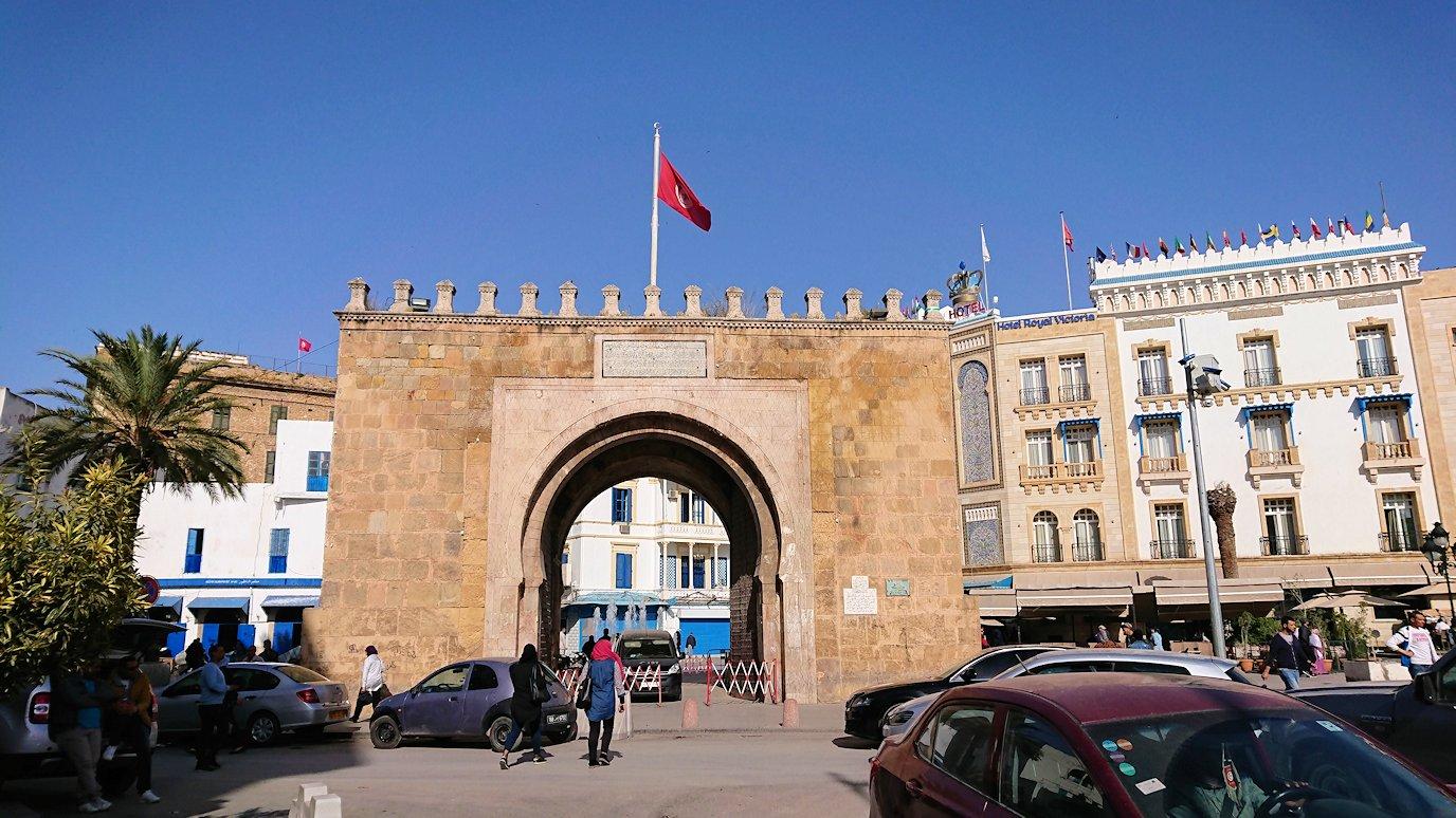 チュニジアのチュニスの朝の街をフランス通りへ向かう7