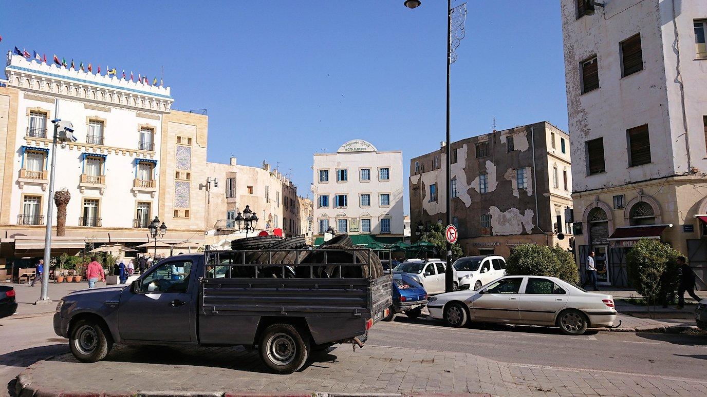 チュニジアのチュニスの朝の街をフランス通りへ向かう8
