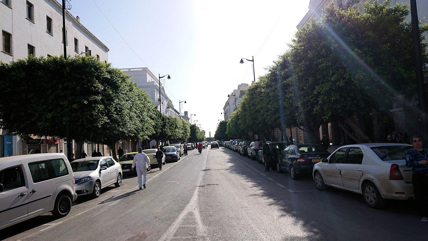 チュニジアのチュニスの朝の街をフランス通りへ向かう9