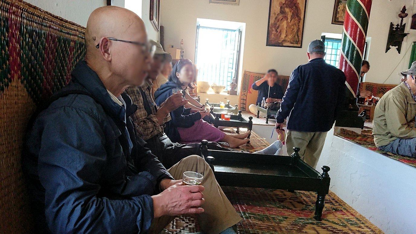 チュニジア:シディ・ブ・サイドのカフェ・デ・ナットで水タバコを楽しむ