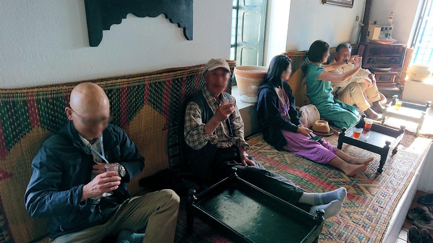 チュニジア:シディ・ブ・サイドのカフェ・デ・ナットで水タバコを楽しむ1