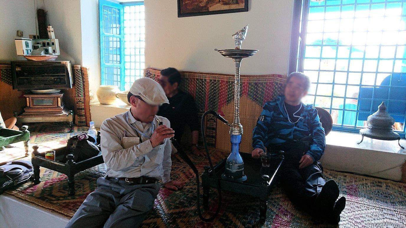 チュニジア:シディ・ブ・サイドのカフェ・デ・ナットで水タバコを楽しむ3