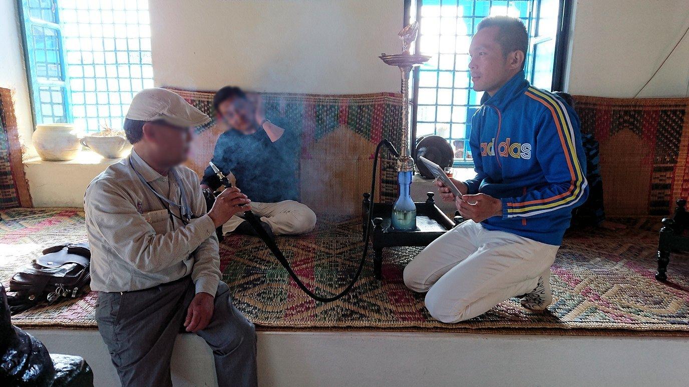 チュニジア:シディ・ブ・サイドのカフェ・デ・ナットで水タバコを楽しむ9