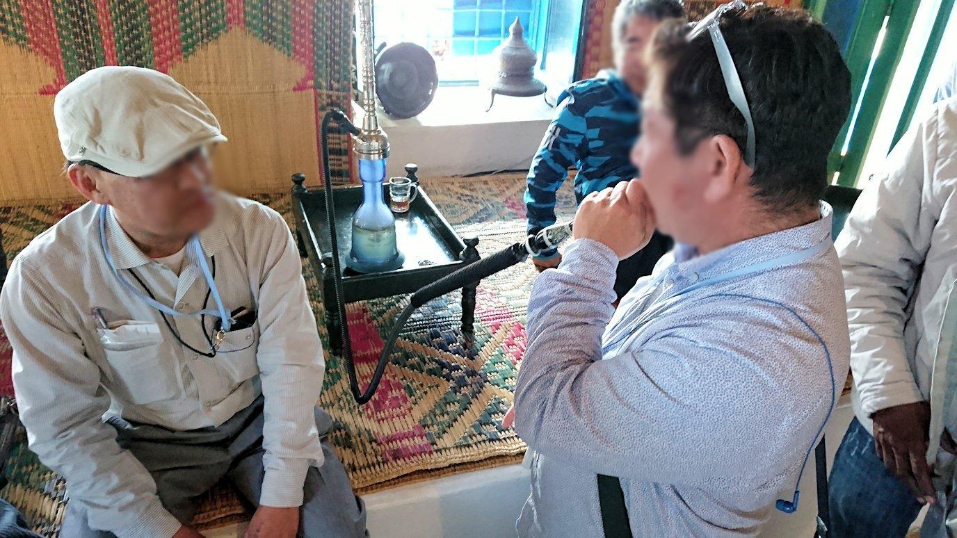 チュニジア:シディ・ブ・サイドのカフェ・デ・ナットを満喫し店を出る