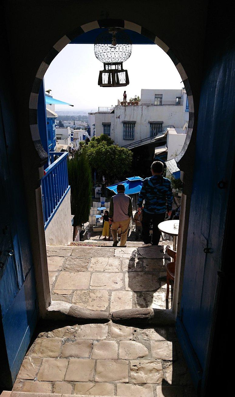 チュニジア:シディ・ブ・サイドのカフェ・デ・ナットを満喫し店を出る1