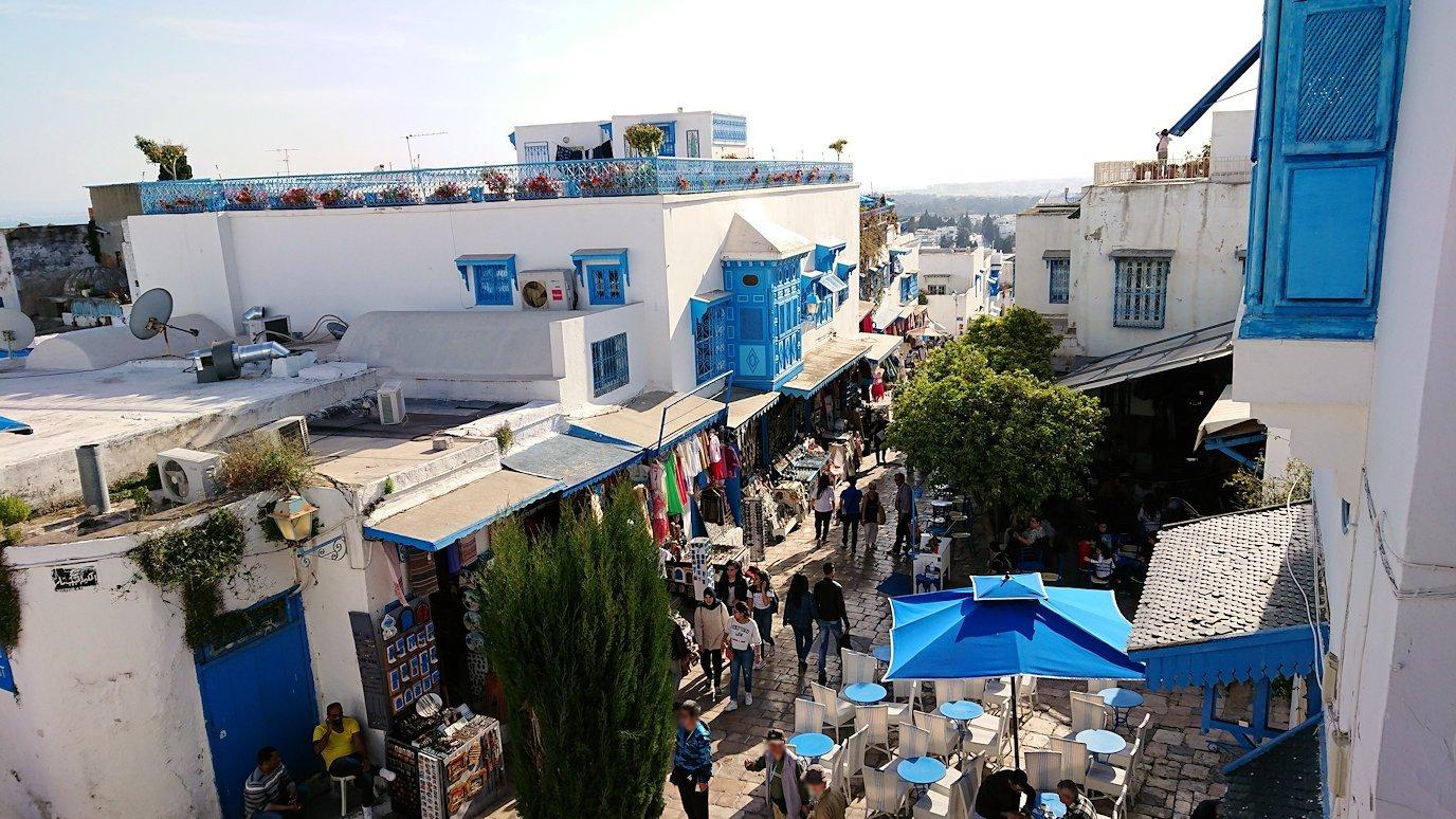 チュニジア:シディ・ブ・サイドのカフェ・デ・ナットを満喫し店を出る2