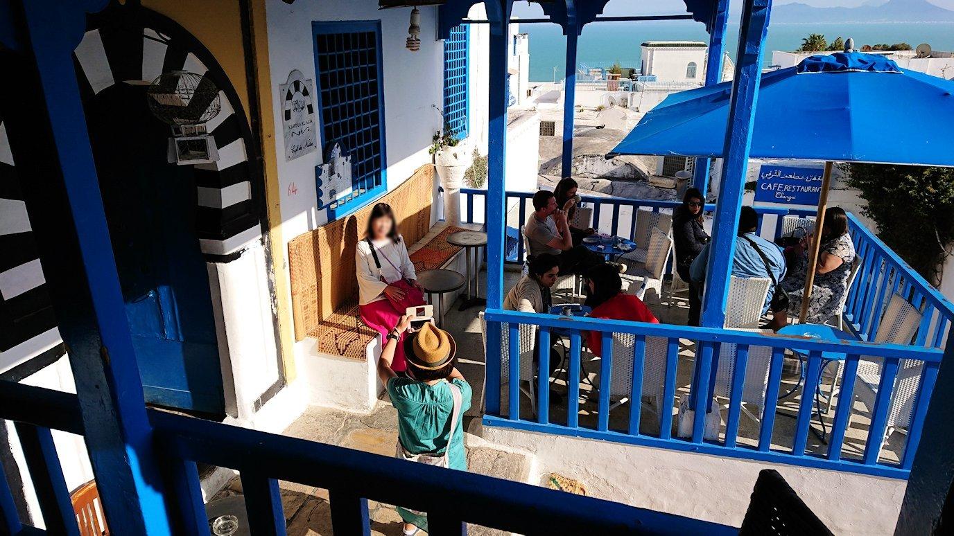 チュニジア:シディ・ブ・サイドのカフェ・デ・ナットを満喫し店を出る4