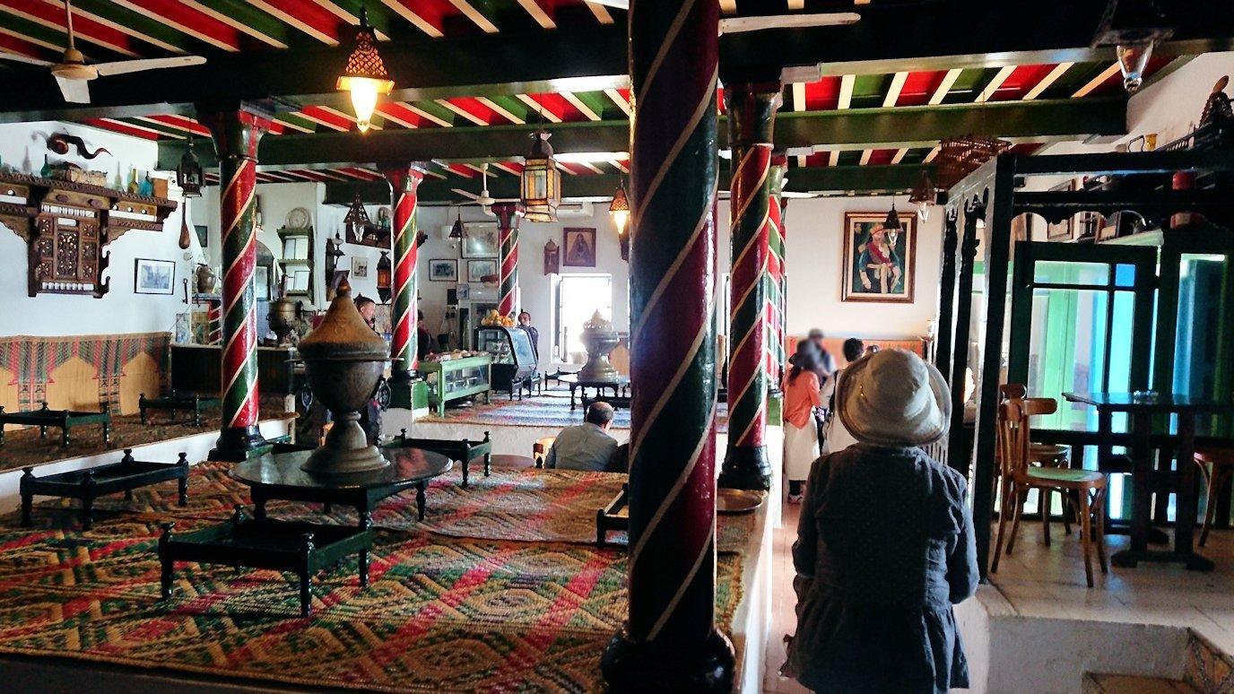 チュニジア:シディ・ブ・サイドのカフェ・デ・ナットを満喫し店を出る5