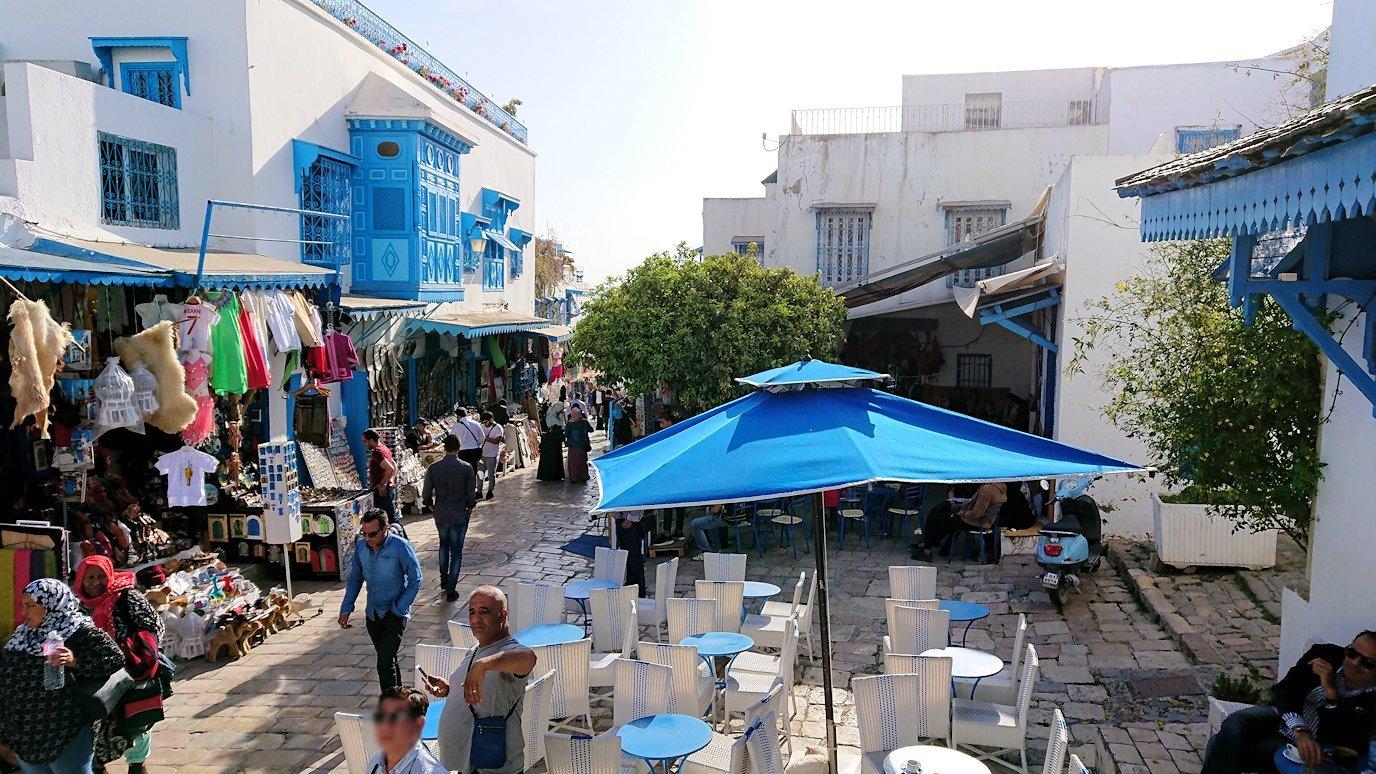 チュニジア:シディ・ブ・サイドのカフェ・デ・ナットを満喫し店を出る6