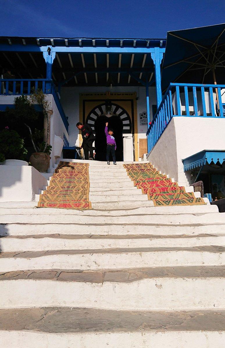 チュニジア:シディ・ブ・サイドのカフェ・デ・ナットを満喫し店を出る7