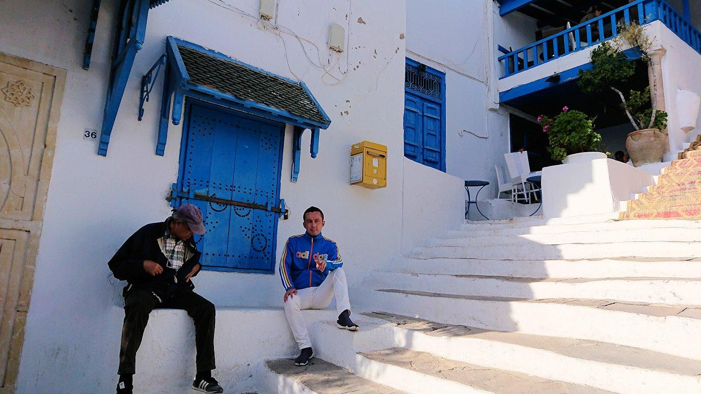 チュニジア:シディ・ブ・サイドのカフェ・デ・ナットを満喫し店を出る8