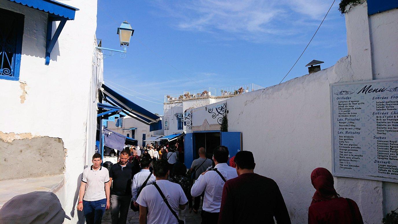 チュニジア:シディ・ブ・サイドのカフェ・デ・ナットを満喫し店を出る9