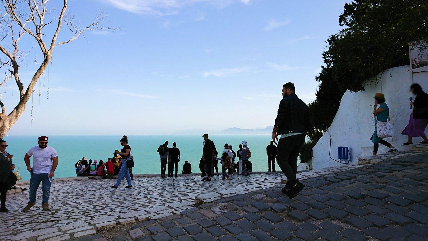 チュニジア:シディ・ブ・サイドの街の次なる絶景ポイントにて